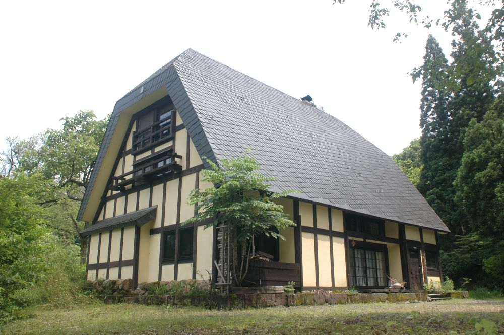 Yellow House: Revived koiminka farm house in Taketokoro with German Slate Roof