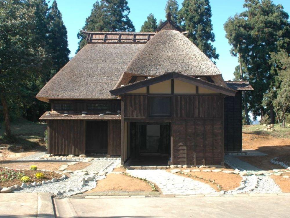 カール・ベンクスによる再生後の茅葺屋根の古民家