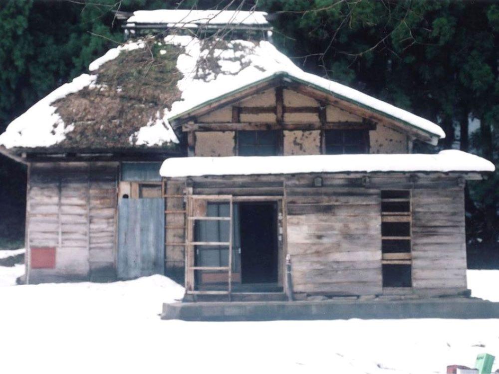 再生前の茅葺屋根の古民家