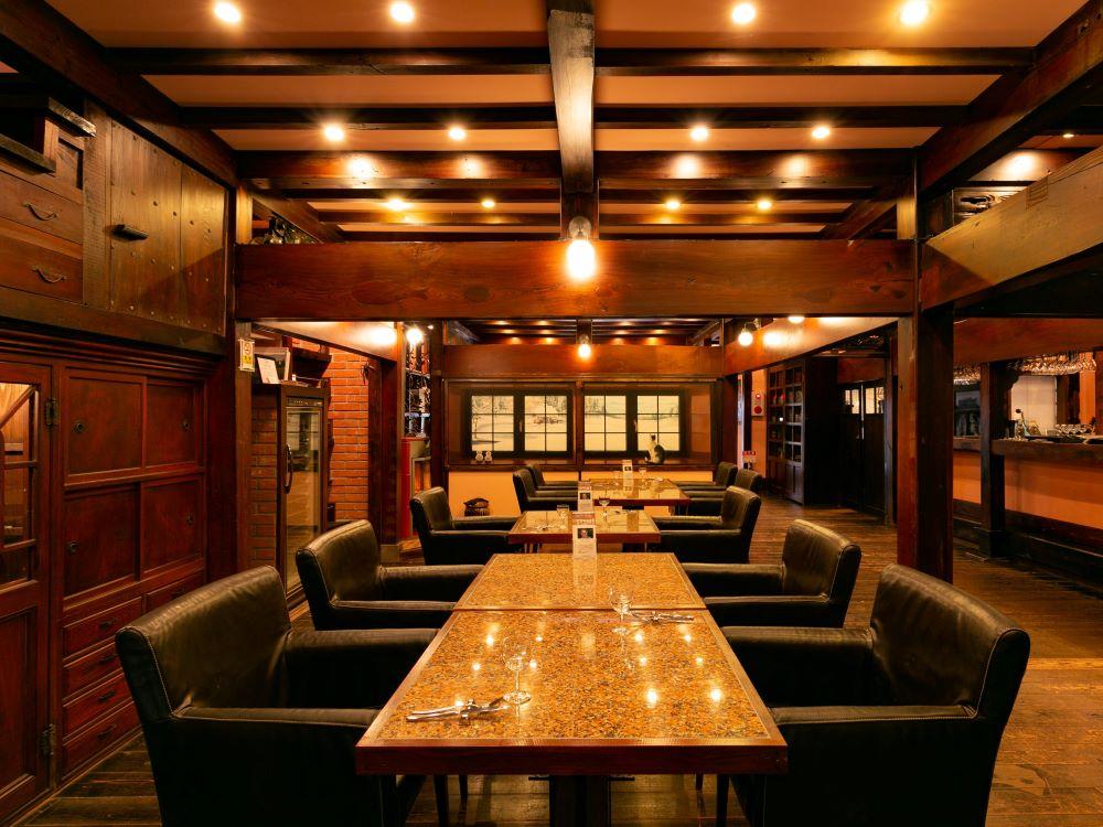 ドイツ人建築デザイナー、カール・ベンクスが経営する、古民家カフェ『澁い -SHIBUI-』の内装